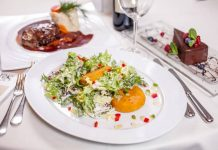 Sezonska salata s pohanim camembertom