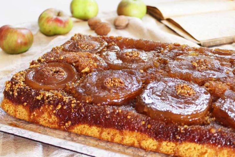 Prevrnuti kolač s jabukama i orasima