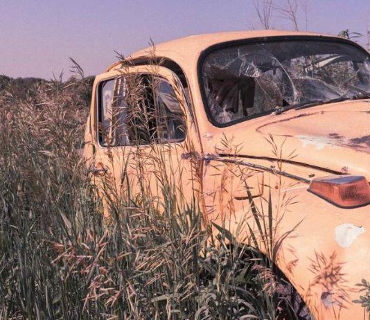 Stari automobil - auto-olupina