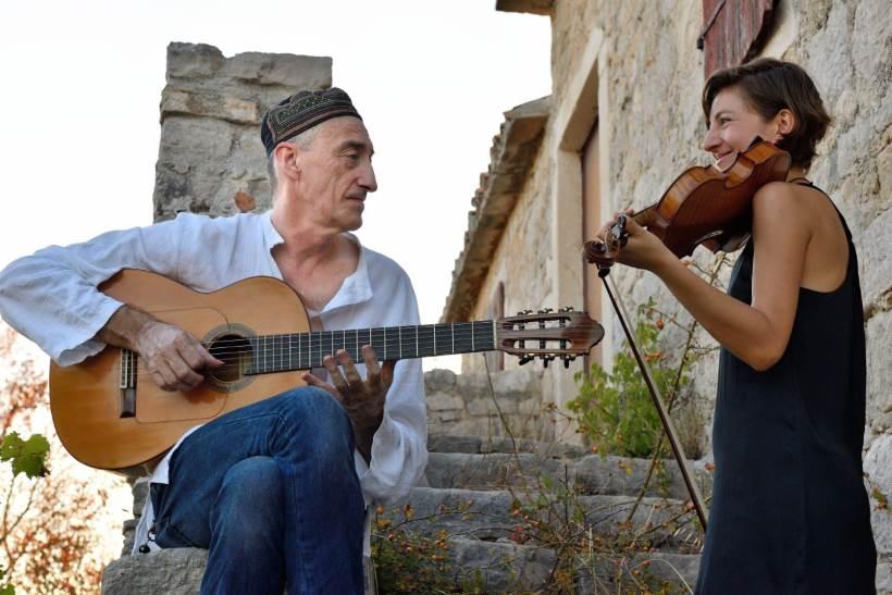 Miroslav Tadić (gitare) i Yvette Cornelia Holzwarth (violina i vokal)