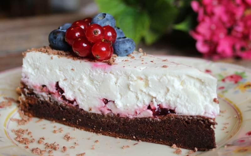 BOBANOVA TORTA: Fantastična čokoladna torta s džemom od borovnica i puno šlaga