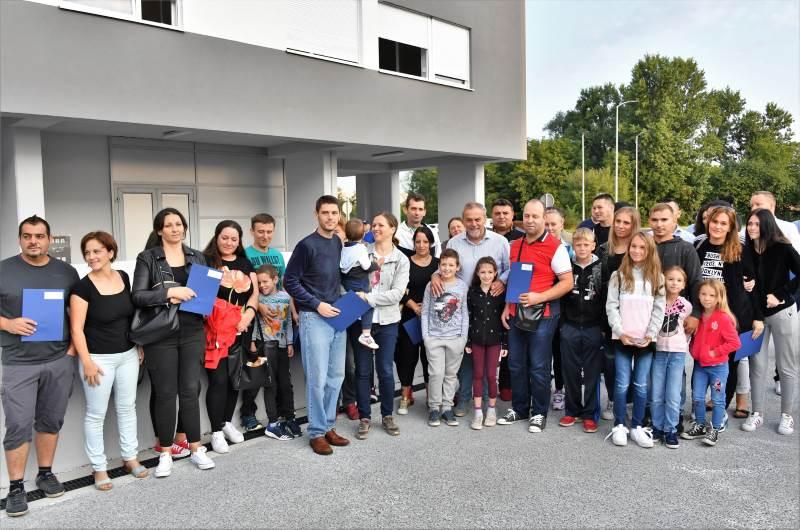 PODBREŽJE: Još 18 obitelji dobilo ključeve novih stanova