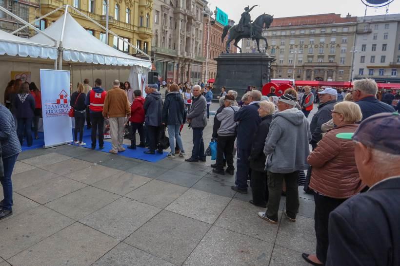 SVJETSKI DAN SRCA: Gužva oko štandova na Trgu, javnozdravstvena akcija privukla brojne građane [FOTO]