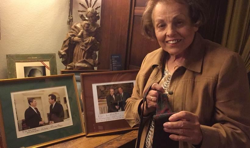 dr. Edith Mock, udovica Aloisa Mocka, darovala je ustanovi Academiji Cravatici kravatu svoga pokojnog supruga