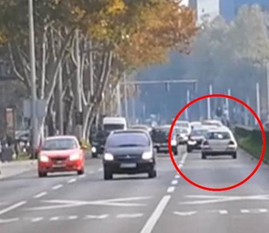 NEVJEROJATNO: Vozača se nasred Vukovarske okrenuo i nastavio voziti u suprotnom smjeru [VIDEO]