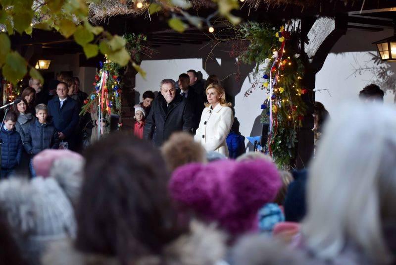 ADVENT U ZAGREBU: Zapaljena prva svijeća na Manduševcu, za građane otvorena vila na Prekrižju.