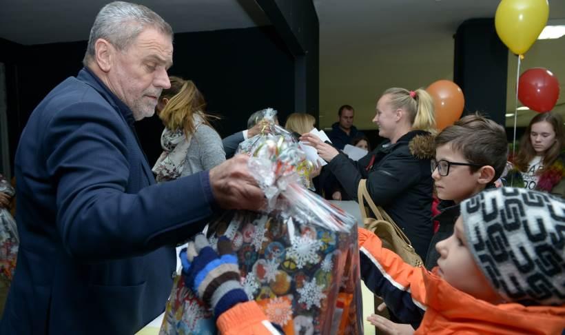 Uručeni poklon-paketi djeci hrvatskih branitelja iz obitelji slabijeg materijalnog stanja