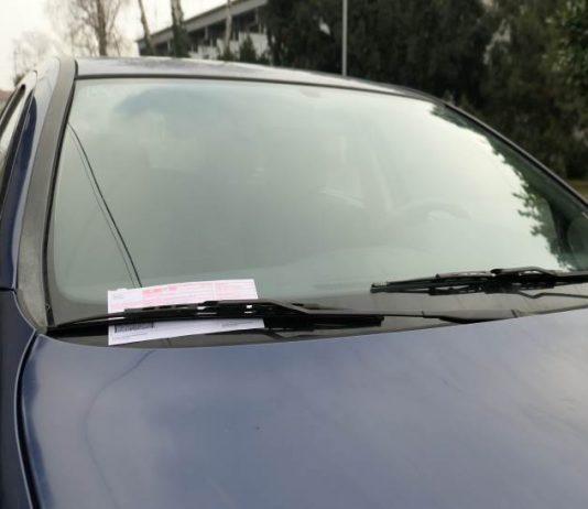 NE NASJEDAJTE! Prevaranti na vozila stavljaju lažne kazne za parkiranje