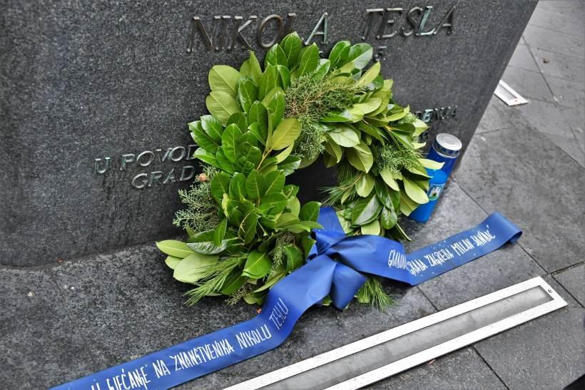 GODIŠNJICA SMRTI NIKOLE TESLE: Bandić položio vijenac i zapalio svijeću kod spomenika u Masarykovoj