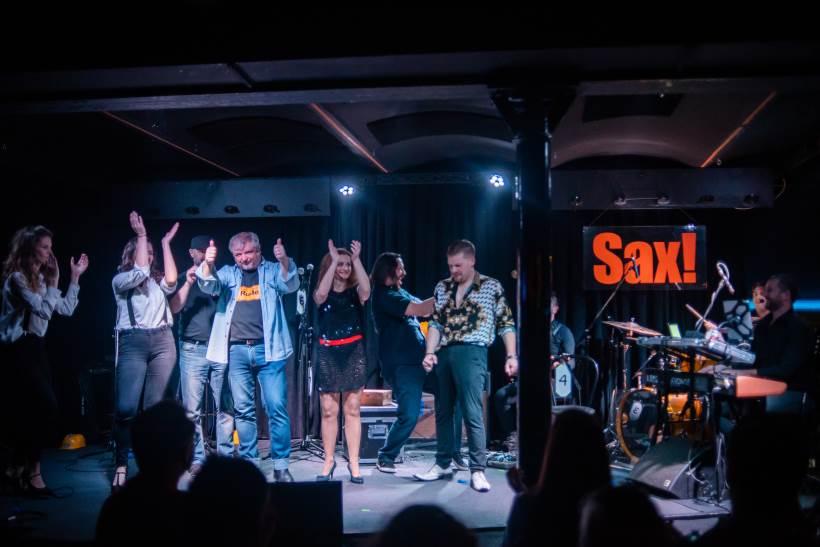 """Mjuzikl """"Mikrofoni – priča o pjevaču"""" društvenom kritikom i žestokom glazbom oduševio publiku u Saxu!"""