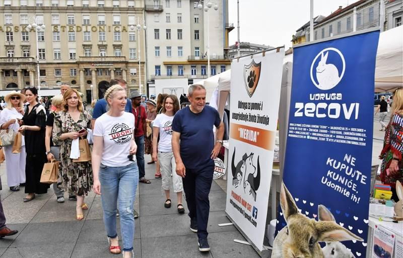 """""""LJUBAV SE NE KUPUJE"""": Na Trgu bana Jelačića održana kampanju za udomljavanje životinja"""