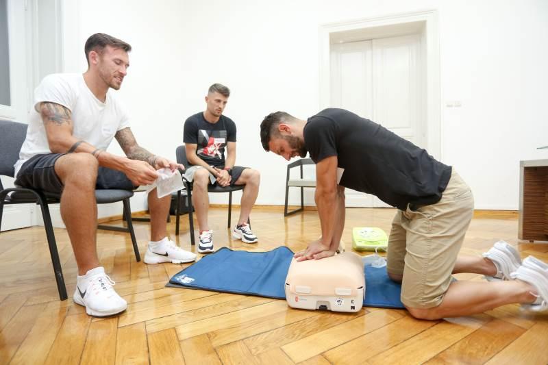 SPAŠAVANJE ŽIVOTA: Nogometaši se pridružili akciji Oživi me i prošli radionicu oživljavanja