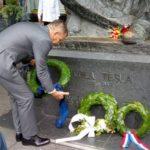 Kraj spomenika Nikoli Tesli položeni vijenci i puštena bijela golubica