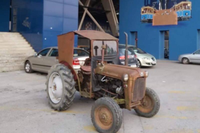 ODGOVOR DELIJAMA: Bad Blue Boysi parkirali traktor kod zapadne tribine stadiona Maksimir