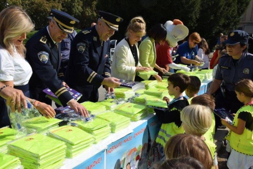 """Policija i HNK zajedno u akciji """"Poštujte naše znakove"""", mališani su uživali"""
