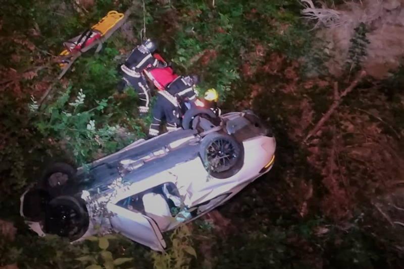 HRABRI ZABREBAČKI VATROGASCI na Sljemenu spasili dvije osobe iz vozila koje je visjelo nad provalijom