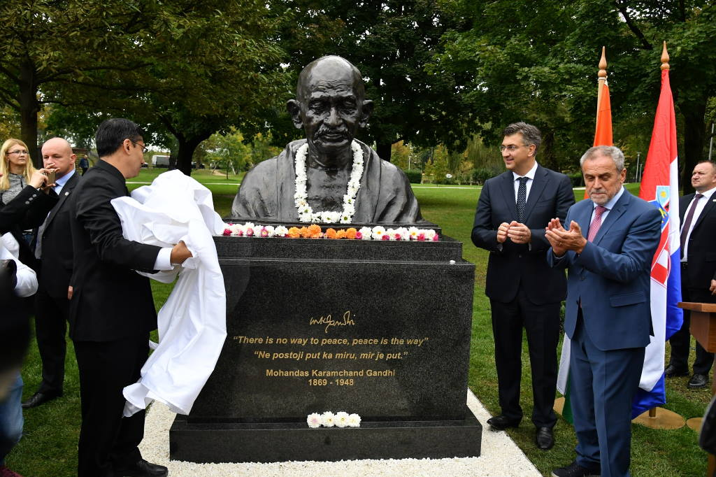 U parku Bundek otkriven spomenik Mahatmi Gandhiju