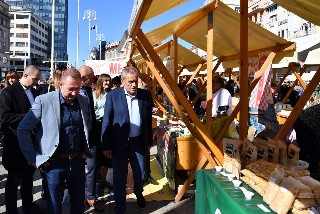 Na Trgu bana Jelačića otvoren Sajam zimnice i autohtonih proizvoda
