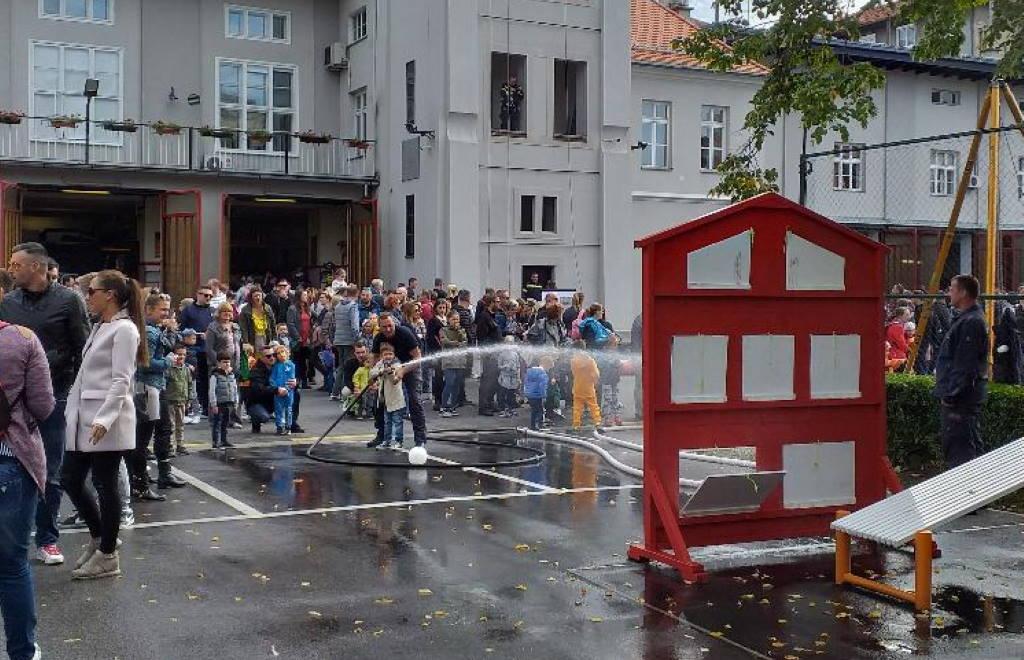 DAN OTVORENIH VRATA: Zagrebački vatrogasci pokazali svoje vještine i opremu
