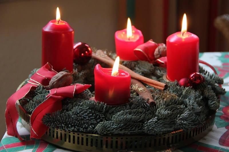 Počinje advent, razdoblje pripreme za Božić. Znate li kada je načinjen prvi adventski vijenac?
