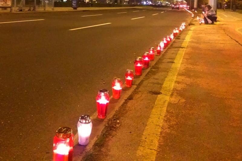 Duž Ulice grada Vukovara svijeće u znak sjećanja na žrtvu Vukovara i Škabrnje