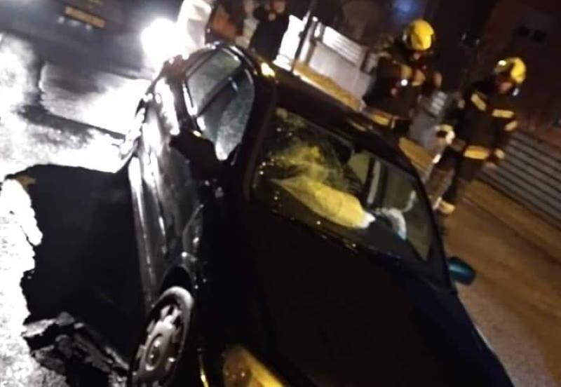 U Dubravi automobil upao u rupu koja se otvorila nasred ceste