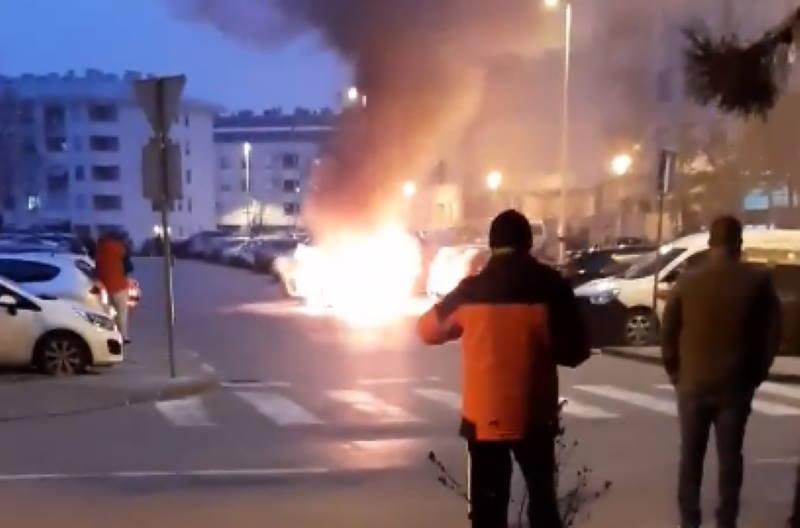 Na Vrbanima potpuno izgorio Ford Mondeo, zapalio se u vožnji