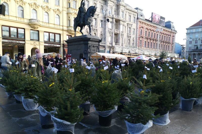 ZA 1000 RADOSTI: Na Trgu bana Jelačića održana humanitarna prodaja božićnih drvaca