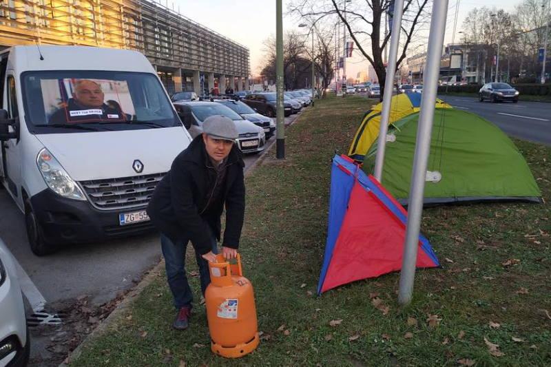 """Juričanu """"odvalili"""" kaznu od 700 kuna za šatore ispred Holdinga. Evo kako je on odgovorio"""