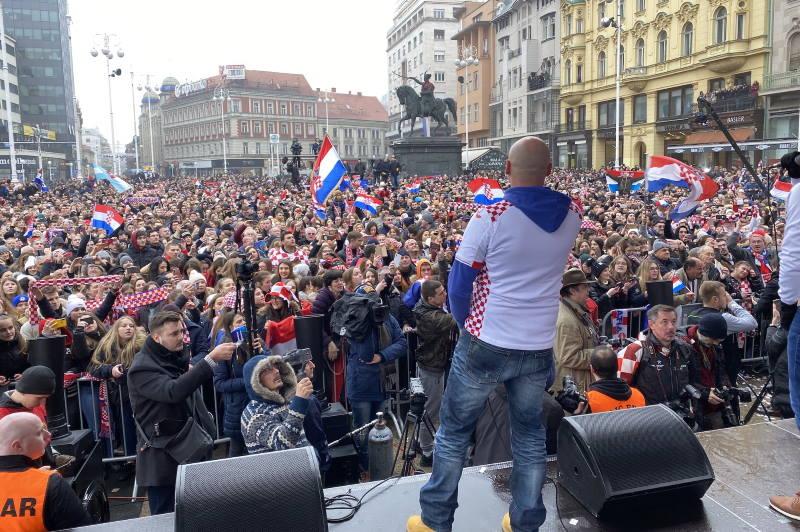 LUDNICA NA TRGU BANA JELAČIĆA: Tisuće navijača dočekalo srebrne rukometaše