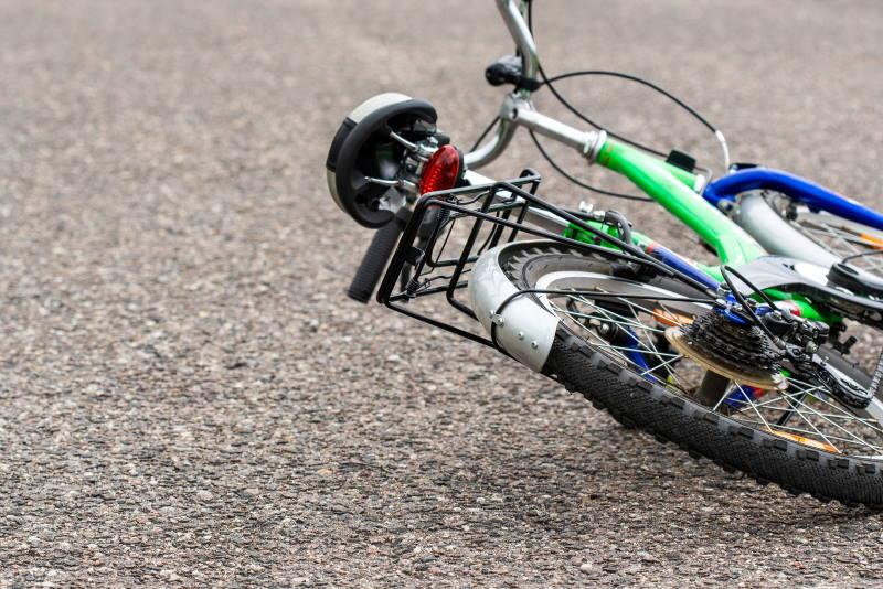 POLICIJA OBJAVILA DETALJE: Na ženu naletio auto dok je pony biciklom prelazila ulicu, teško je ozlijeđena