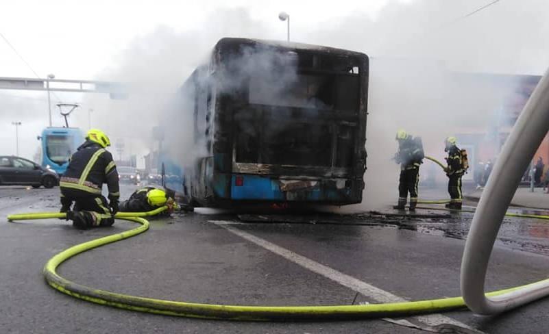 STRAŠNA BUKTINJA NASRED AVENIJE DUBRAVA: Zapalio se ZET-ov autobus, gasilo ga devet vatrogasaca