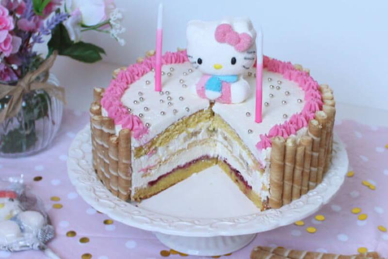 ZA MALE PRINCEZE: Torta s bijelom čokoladom, bananom i šumskim voćem