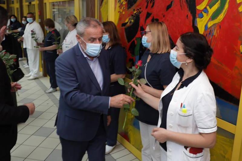 Danas je Međunarodni dan sestrinstva, gradonačelnik Bandić medicinskim sestrama darovao ruže
