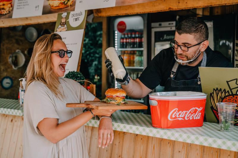 Otvoren je Zagreb Burger Festival, mirisna zelena oaza na Strossmayerovom trgu