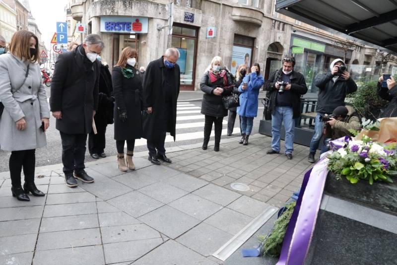 Kod spomenika Nikoli Tesli položeni vijenci u povodu 78. obljetnice smrti velikog izumitelja