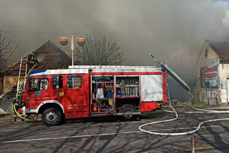 Zapalili se napušteni objekti u Savskoj, u gašenju požara ozlijeđena dvojica vatrogasaca