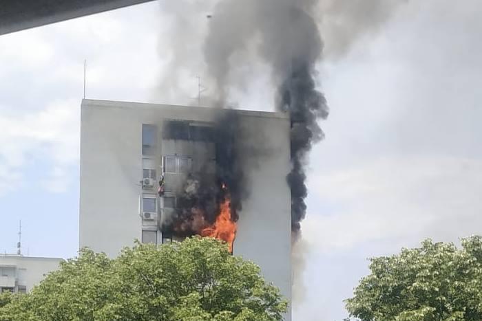 Šest osoba spašeno iz požara u Trnskom, vatra izbila u stanu na devetom katu