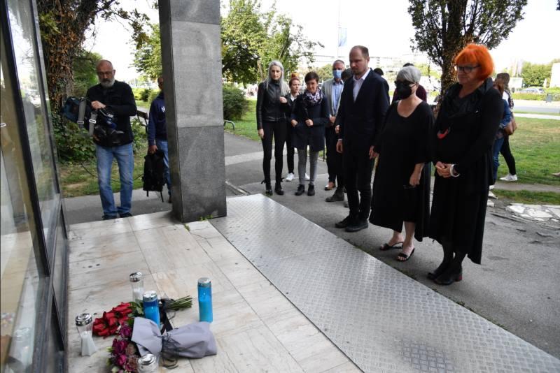 Luka Korlaet položio cvijeće i zapalio svijeću u povodu Nacionalnog dana borbe protiv nasilja nad ženama